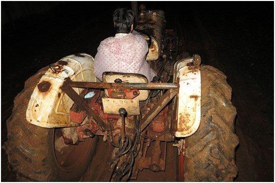 két sắt goodwill đi xe máy lên với trẻ em