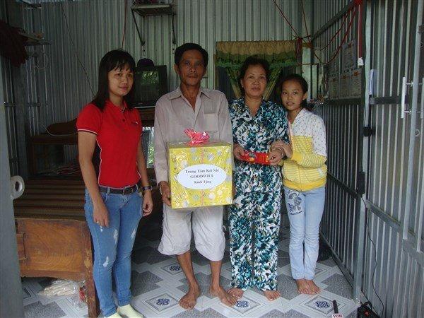 Đến trao tặng quà cho bà con nghèo