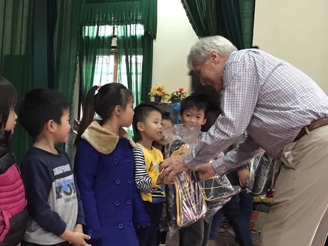 Richard trao tặng quà cho trẻ em vùng lũ tại Hà Tĩnh