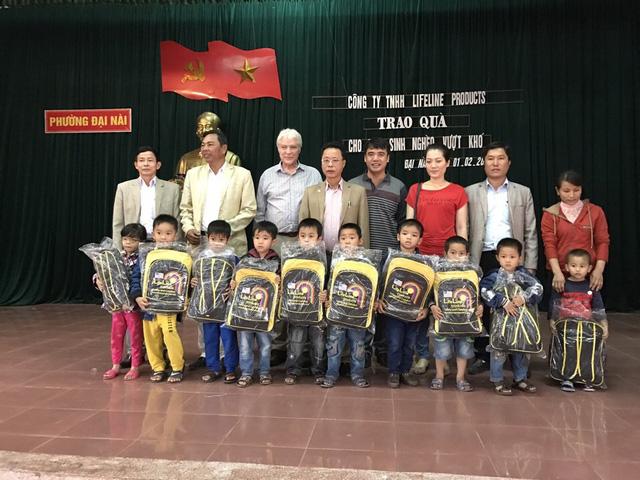 Ông Richard tặng quà cho trẻ em tại Hà Tĩnh